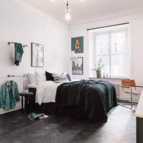Темный пол в спальне с белыми стенами