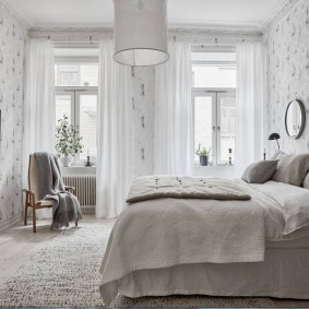 Светлые шторы на узких окнах в спальне