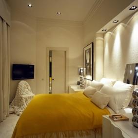 Подсветка ниши над кроватью в маленькой спальне