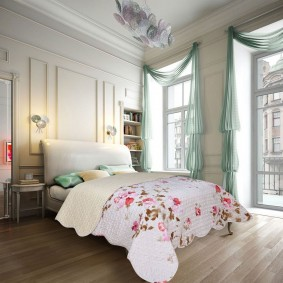 Бирюзовые шторы на окнах в спальне