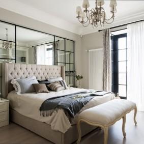 Зеркальная стена в спальне с большим окном