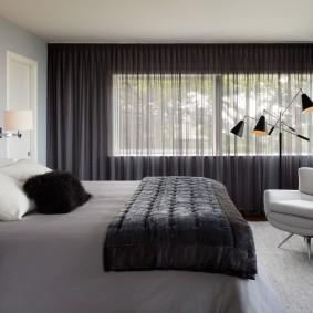 Серый тюль на окне в спальне