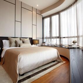 Дугообразное окно в интерьере спальной комнаты