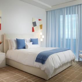 Голубые акценты в спальной комнате