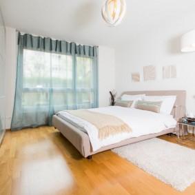 Теплый коврик на деревянном полу