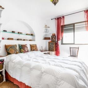 Красный тюль на окне в спальне