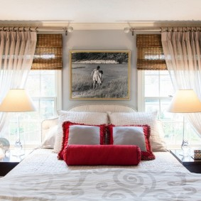 Декор римскими шторами окон в спальне