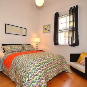 Маленькое окошко в спальне со светлой отделкой