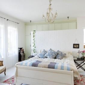 Квадратная спальня в загородном доме