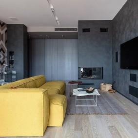 Желтый диван в гостиной комнате