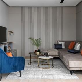 Синее кресло в квадратной комнате