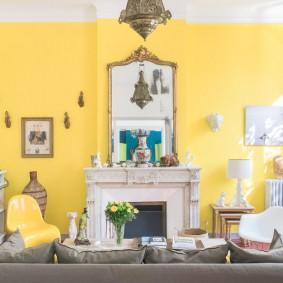 Желтая стена в светлой комнате