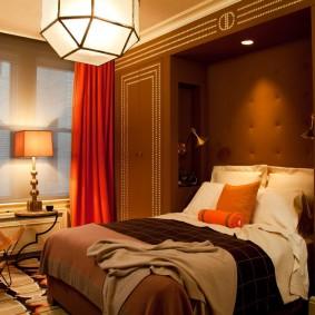 Красные шторы на окне небольшой спальни