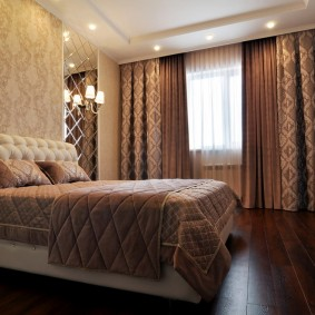 Плотные занавески на окне в спальне