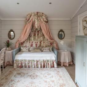 Кровать с балдахином в интерьере детской