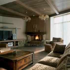 Деревянный потолок в гостиной с угловым камином