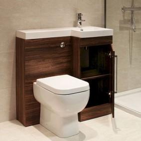 Коричневая тумба за унитазом в туалете