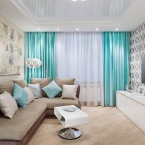 Бирюзовые шторы в гостиной квартиры