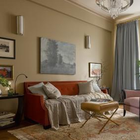 Серая штора в гостиной с крашенными стенами