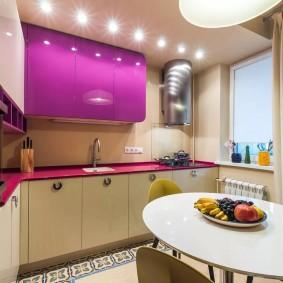 Кухонный гарнитур с яркими фасадами