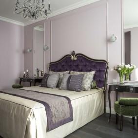 Широкая кровать с деревянным изголовьем