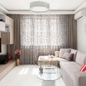 Вместительный диван в гостиной комнате