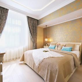 Белый потолок в спальне супругов