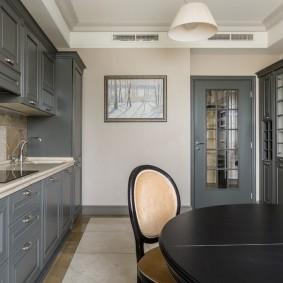 Серая мебель в квадратной кухне