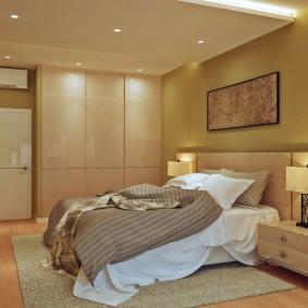 Встроенный шкаф в светлой спальне