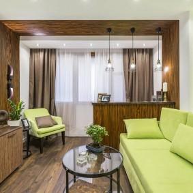 Светло-зеленый диван в зале с балконом