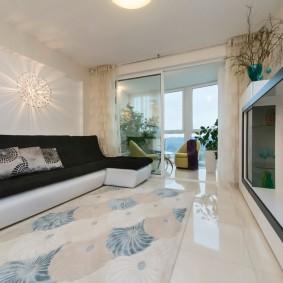 Глянцевый пол в гостиной с теплым балконом