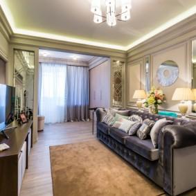 Натяжной потолок в гостиной комнате с балконом