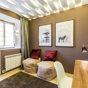 Декор коричневых стен в гостиной комнате