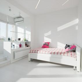 Интерьер детской комнаты с подиумом на балконе