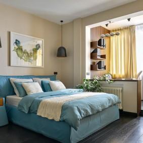 Голубая кровать в спальне с лоджией