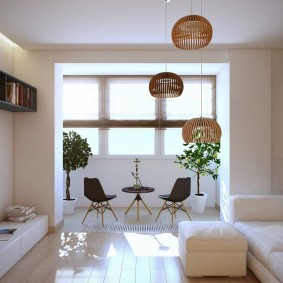 Белая отделка стен в гостиной с лоджией