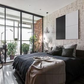 Стеклянная перегородка в спальне с балконом