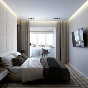 Узкая спальня с объединенным балконом