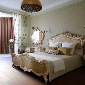 Красивая кровать в классическом стиле