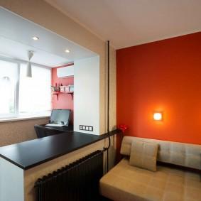 Красная стена за спинкой дивана