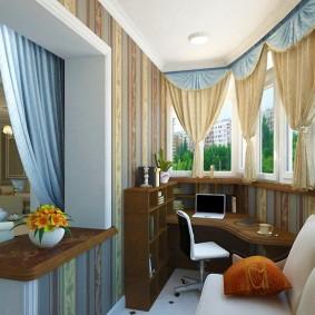 Короткие шторы на теплых окнах балкона