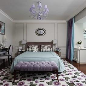 Пестрый ковер в интерьере спальни