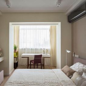 Внутренний блок сплит-системы над кроватью в спальне