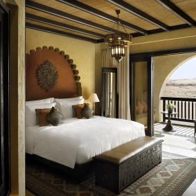 Дизайн спальни в загородном доме с выходом на балкон