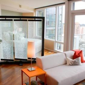 Мобильная ширма в комнате с панорамным остеклением