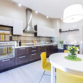 Столовая зона в просторной кухне