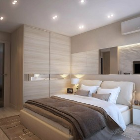 Большое зеркало над изголовьем кровати