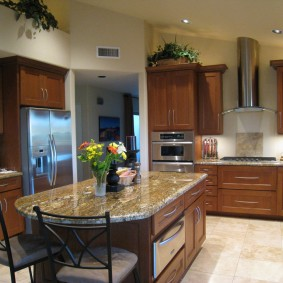 Кухонный остров с каменной столешницей