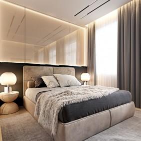 Зеркальная стена в интерьере спальной комнаты