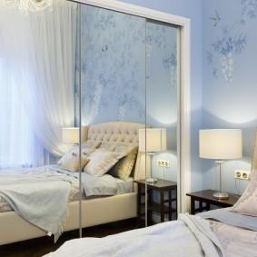 Зеркальный шкаф в интерьере небольшой спальни